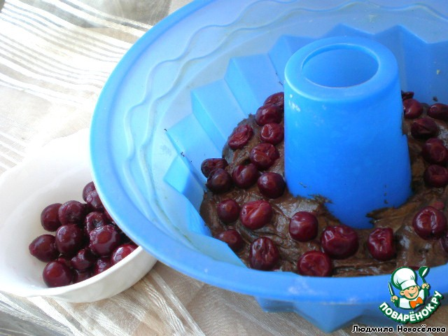 Сверху раскидываем вишни и ставим в духовку, разогретую до 180 градусов, приблизительно на 30 мин. Проверяем на сухую спичку.