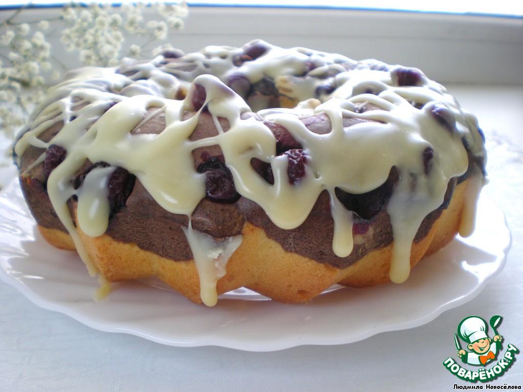 Даём готовому кексу остыть и поливаем глазурью.    Глазурь: белый шоколад растопить на водяной бане со сливочным маслом и молоком, размешать до однородности.