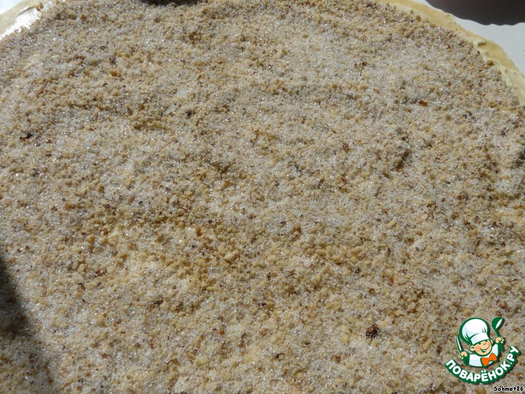 Посыпаем смесью из сахара орехов и корицы, равномерно распределяем.