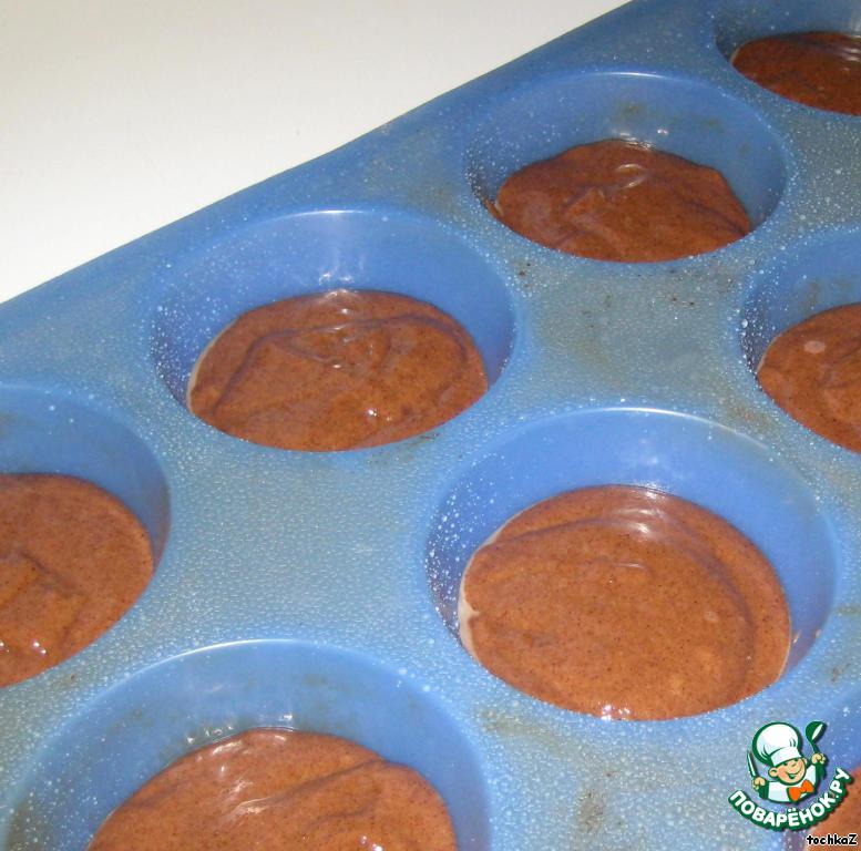 Формочки немного смазать маслом (у меня силиконовые, я их сбрызгиваю водой), наполнить тестом на 2/3.   Поставить в разогретую до 180 градусов духовку, выпекать в течение 20-25 минут.