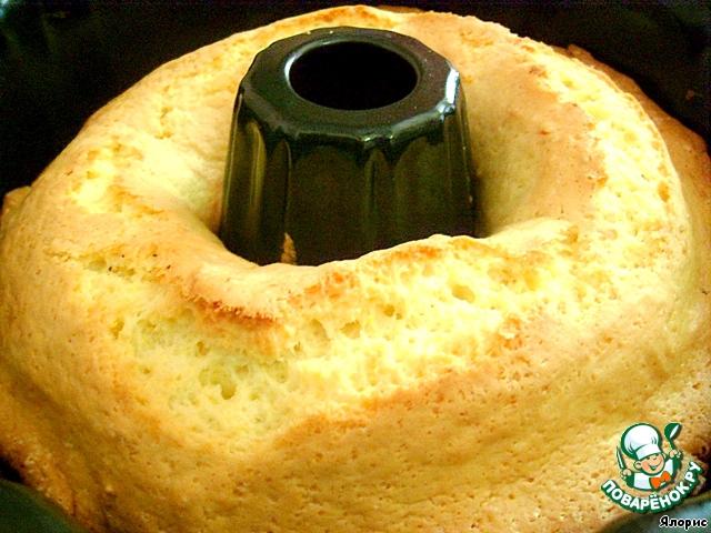 Осторожно достаем кекс из формы...