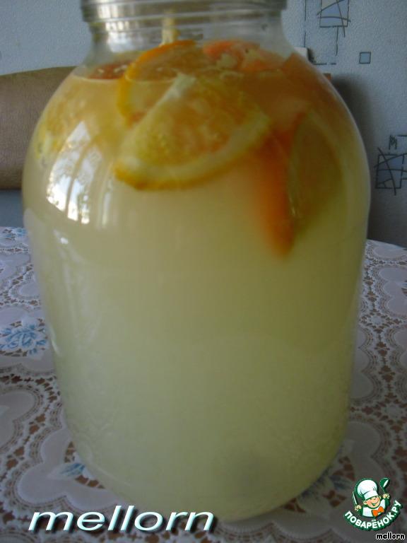 Апельсин (помыть, ошпарить) с кожурой нарезать кусочками, положить в 3-х литровую банку.       Добавить лимонную кислоту (по желанию, я не добавляла, 1/4 чайной ложки), сахар и дрожжи. Залить все водой (оставить 4-5 см от горлышка).        Прикрыть (я накрыла марлей) и поставить в теплое место на сутки.
