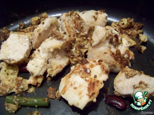 Когда понадобилось, достаем нужное количество и обжариваем в растительном масле (курицу я посыпала сверху кунжутом). Жарится очень быстро, так как мясо хорошо пропиталось, и получается сочно и очень вкусно.