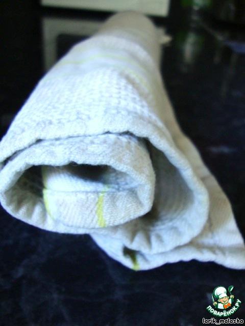 Горячим свернуть рулетом вместе с полотенцем. Полностью охладить.