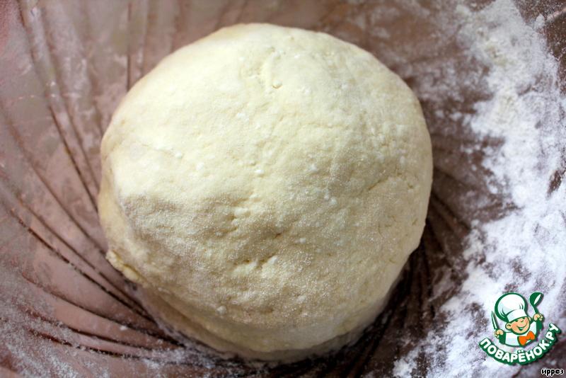 Духовку разогреть до 190*С.   Смешать творог с маслом, добавить яйцо, перемешать.    Всыпать муку, смешанную с разрыхлителем, солью и сахаром. Замесить не очень крутое тесто.    Оставить тесто отдохнуть на 10 минут.