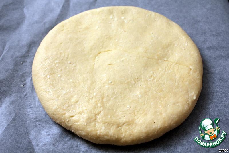 Накрыть вторым кругом, загнуть края под тесто, защипать.