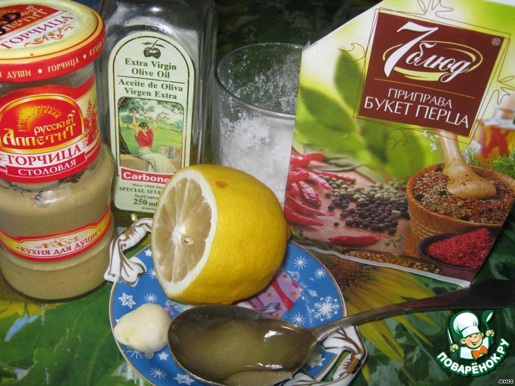 """Для этого салата идеально подходит молодой картофель. Но у нас в семье принцип - молодой картофель едят только с 12 июля - Дня Петра и Павла. Поэтому отвариваю старый в """"мундирах"""".  В то время, как варится картофель, делаю заправку из оливкового масла, чеснока, мёда, горчицы, сока лимона, перца и соли."""
