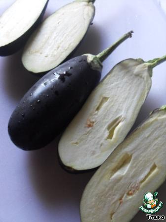 Баклажаны разрезать вдоль, при этом сохранив плодоножку. Отварить их в кипящей подсоленной воде около 15-20 минут. Откинуть на дуршлаг и дать остыть.