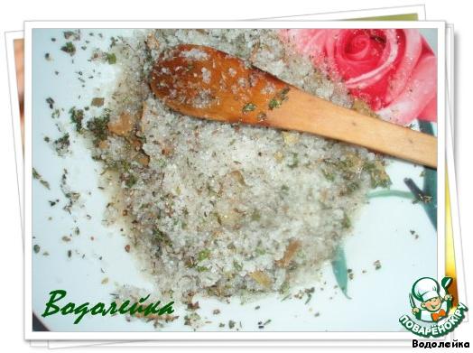 Теперь смешиваем соль, травы, перец, лавровый лист (предварительно его поломать) и коньяк.