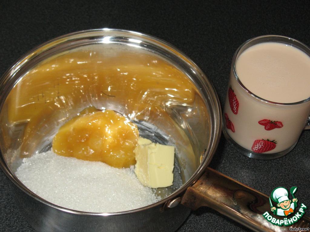 В мисочку сложить все ингредиенты и залить топлёным молоком.