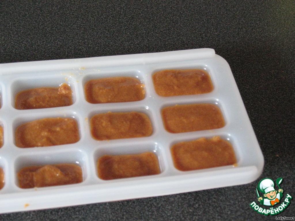 Чтобы ириски получились красивыми, я беру формочки для льда (подсмотрела на каком-то кулинарном сайте :-[ )   Их нужно немного смазать растительным маслом.    Затем разливаем массу и убираем в морозилку на 30 минут.