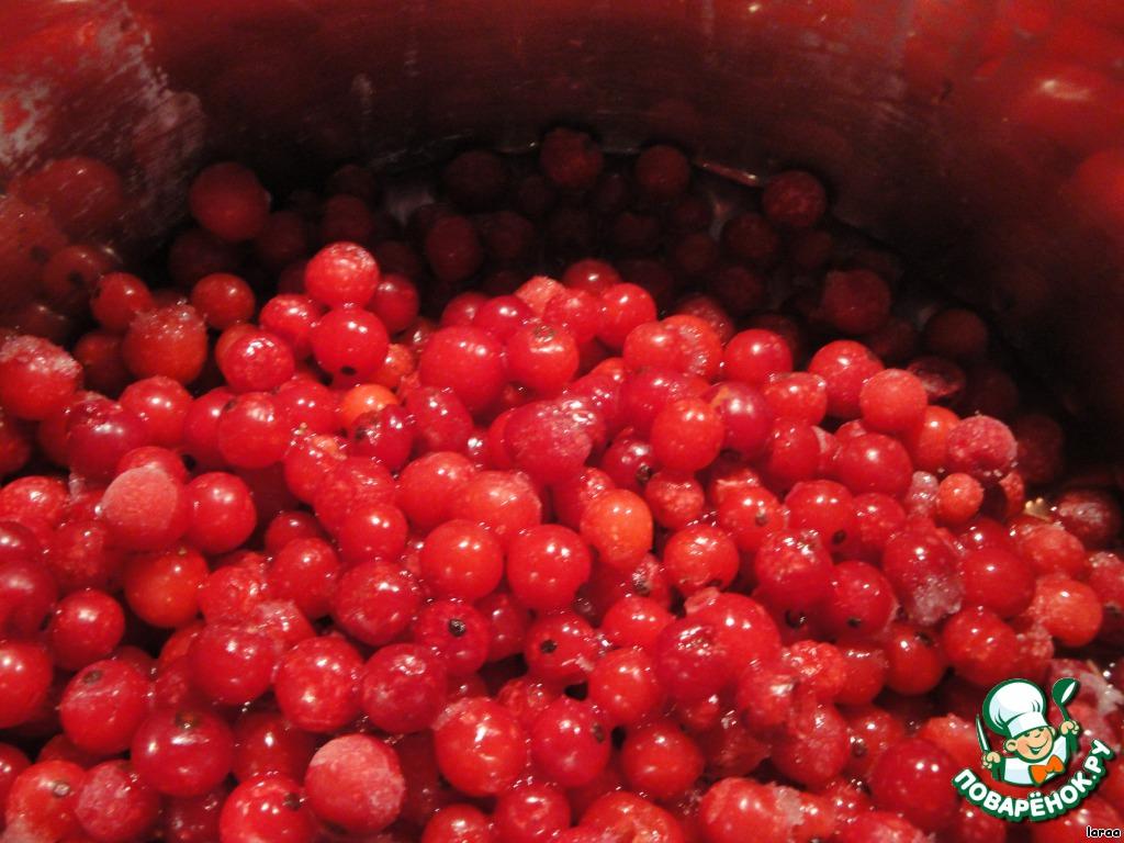 Ягоды перебрать и тщательно промыть. В кастрюле распарить под крышкой, с небольшим количеством воды, до размягчения.