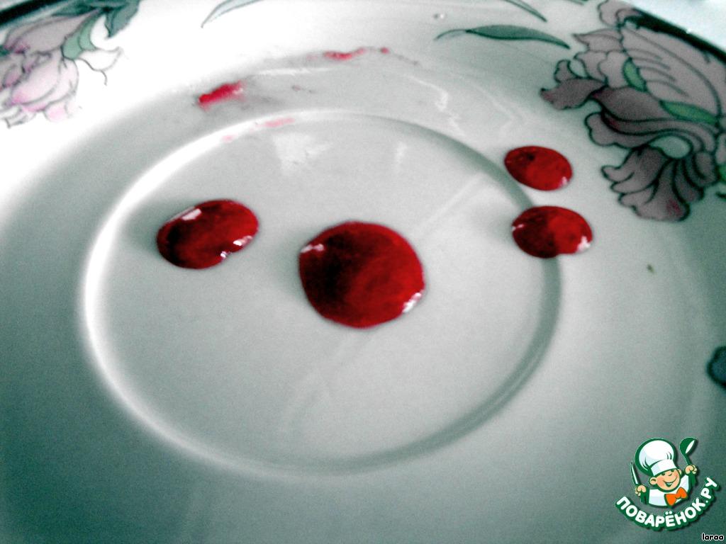 Уваренный сок готов к желированию, если его капля не растекается на холодной тарелочке