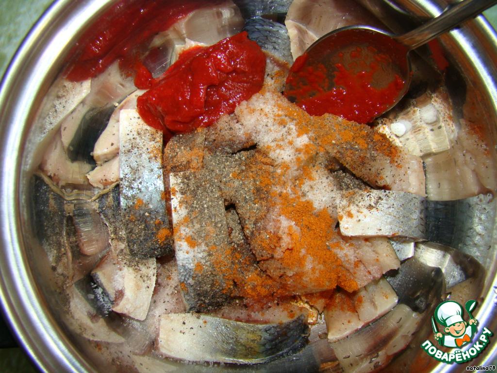 Начинаем «колдовать»... В кастрюльку кладем кусочки рыбы, солим, добавляем перец черный и красный (жгучий), томатную пасту. Перемешиваем сейчас, так как соль после добавления растительного масла не растворится.