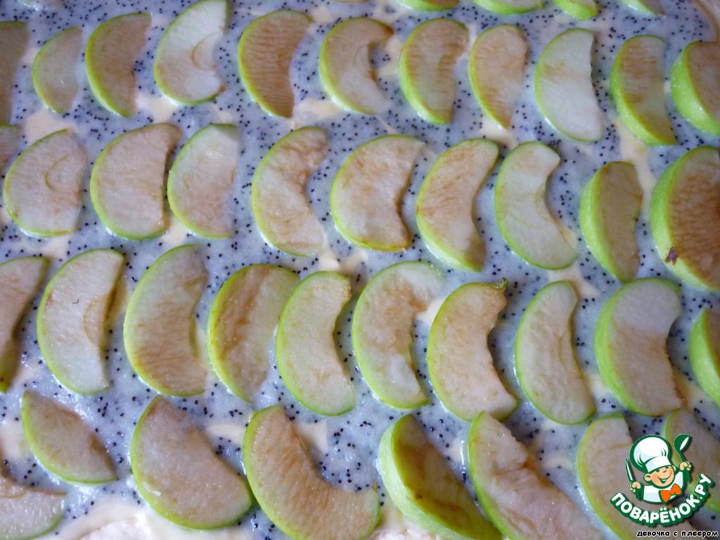 Сверху распределить яблоки.   Поставить пирог в разогретую до 180 градусов духовку на 35-40 минут.