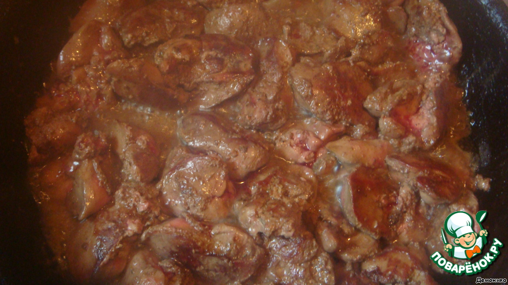 Куриную печень обжарить на хорошо разогретом масле по 2 минуты с каждой стороны. Выложить на бумажные полотенца, чтобы стекли остатки масла. Хотя это можно и не делать, жидкости очень мало, и она не портит вкус блюда.