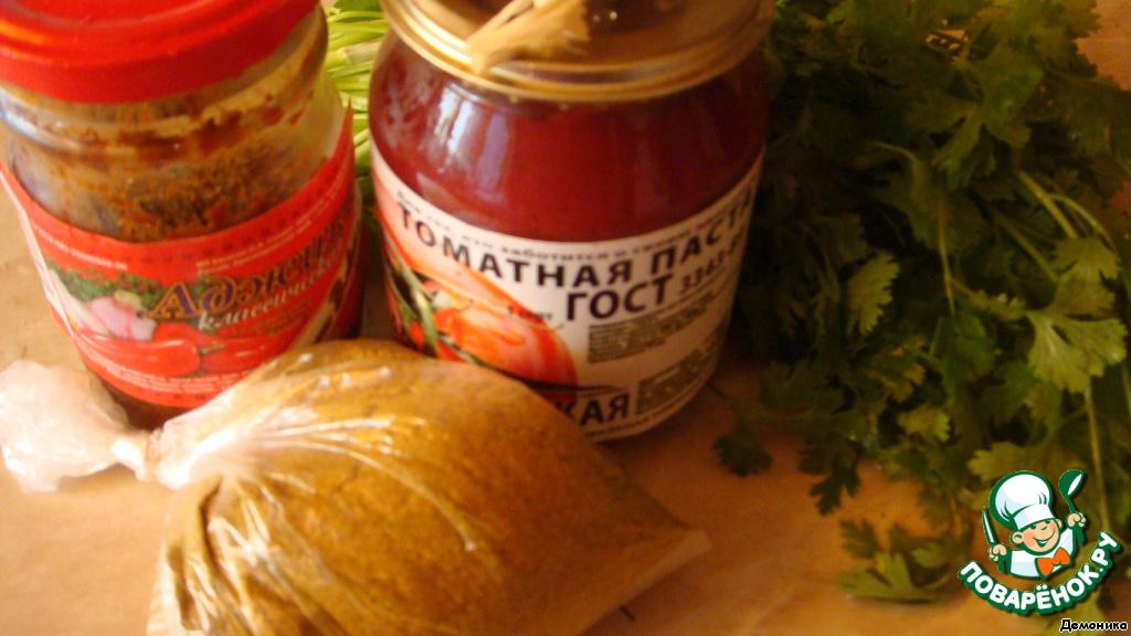 """Ни один уважающий себя ресторан кавказской кухни не угощает своих посетителей покупным соусом. Только своим, самодельным.   Я буду рассказывать очень подробно, ибо, при кажущейся простоте, очень много нюансов. Самое смешное, впервые считаю ложки: всегда делала на глаз и вкус)    Вы никогда не сделаете хорошего соуса, если у вас плохая томат-паста. Паста должна быть вкусной, густого красного цвета и не капать с ложки. Это - непременное условие. Есть такая?     Тогда вперёд!    Интересно, что в переводе с грузинского """"сацебели"""" - соус. Теоретически, этим словом раньше называли любой соус. А как название это слово """"приклеилось"""" именно к томатному соусу."""