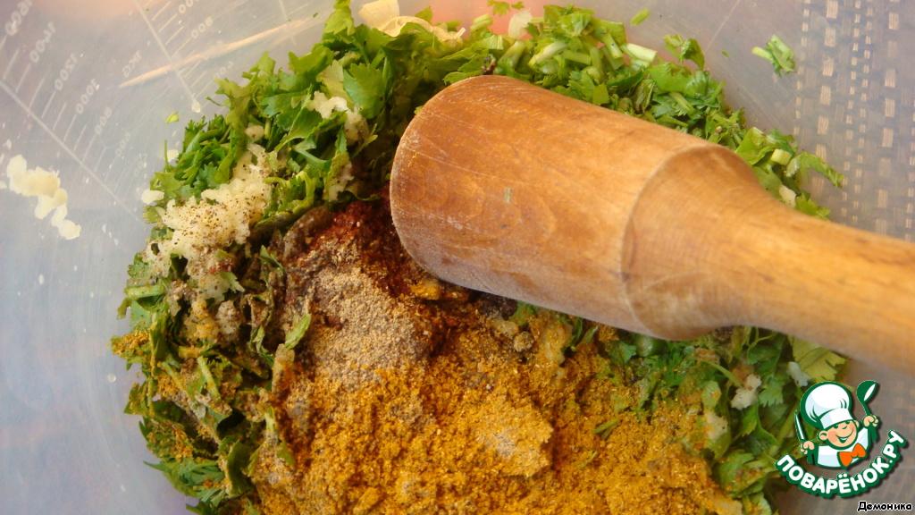 Добавляем к зелени чеснок, продавленный через чеснокодавилку, столовую ложку с верхом хмели-сунели, уксус, перец и аджику. Вот аджики можете пока положить поменьше.    Не все вы кавказцы или мексиканцы.     Ещё учтите, что истинная острота проявится чуть позже, когда соус постоит с часок, а то и больше. Предложенная острота может свалить с ног неподготовленного россиянина. Учтите это. И лучше на первый раз поменьше аджики.