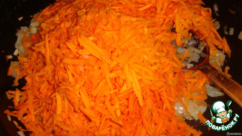 """К золотистому луку добавляем морковь и обжариваем ровно 1 минуту. Впрочем, """"обжаривание"""" здесь громкое слово, скорее, """"лёгкое прогревание"""".    Японцы - эстеты: лук обжаривается для вкуса, а морковь - для яркости. Для придания дополнительной яркости моркови 1 минуты достаточно."""