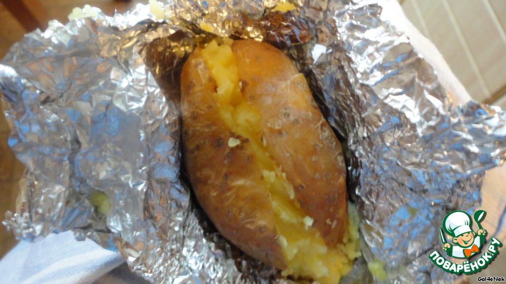 """""""Закрываем"""" картошечку, заворачиваем обратно в фольгу. Ставим подготовленную картошечку обратно в духовку, чтобы не остывала. Как только все картошечки """"обработаны"""", духовку выключаем, но картоху не вынимаем до самой подачи."""