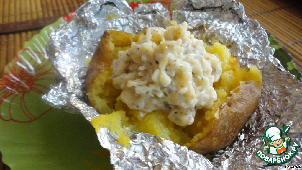 """Выставляем на стол все подготовленные салатики. Вынимаем картошечку, раскрываем и кладем на нее любой салатик. Кушаем """"подцепляя"""" немного картошки и салатика. У меня сегодня только сыр с майонезом, чесноком и свежесмолотым перцем. А вообще, тут с наполнителями все в Ваших руках! Конечно, рецепт не очень """"быстрый"""", т. к. картошка печется 1-1,5 часа, но подходит, когда хочется на пикник, а за окном или плохая погода, или зима. Попробуйте, Вам понравится!"""
