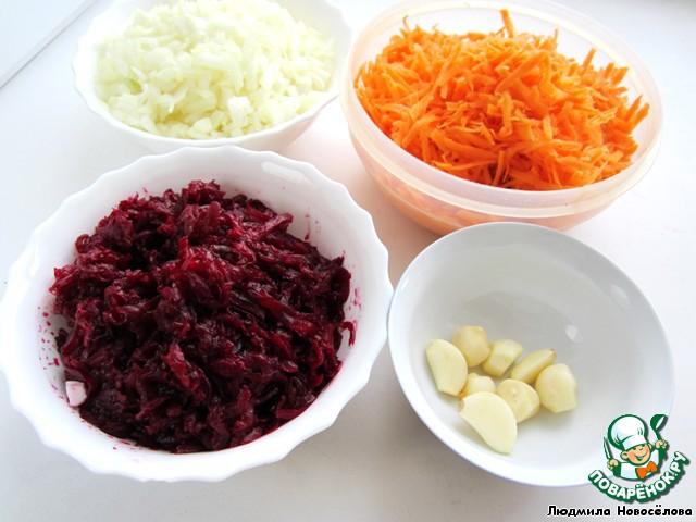 Свёклу отварить в кожуре, остудить, натереть на тёрке.   Сырую морковь натереть, нарезать лук, чеснок.