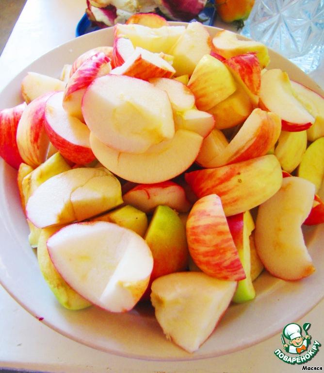 Яблоки нарежем и запечем в духовке до мягкого состояния (я делала в микроволновке).