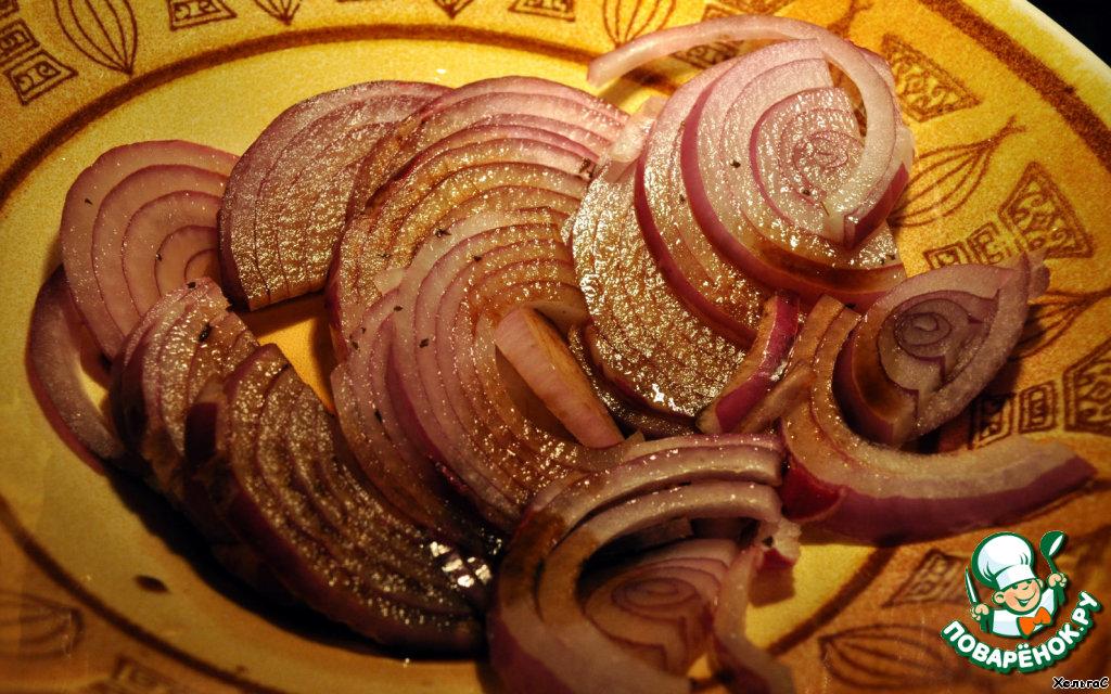 У нас салат за 5 минут - так что красный лук нарезать и полить уксусом. А если есть время, то можно замариновать лук на час в уксусе, тогда он будет более мягок. Красный лук не так жгуч и сладок достаточно, можно и не мариновать.