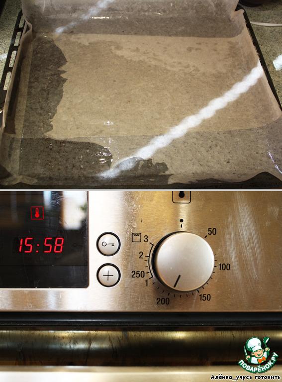 Перед тем как начать, смазываем наш лист маслом и стелем бумагу для выпечки. Ставим духовку на 200 градусов.