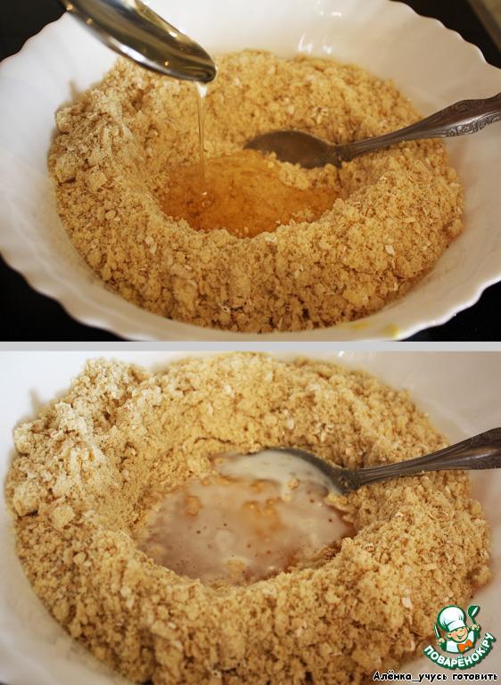 Делаем в середине углубление и добавляем мед и молоко.