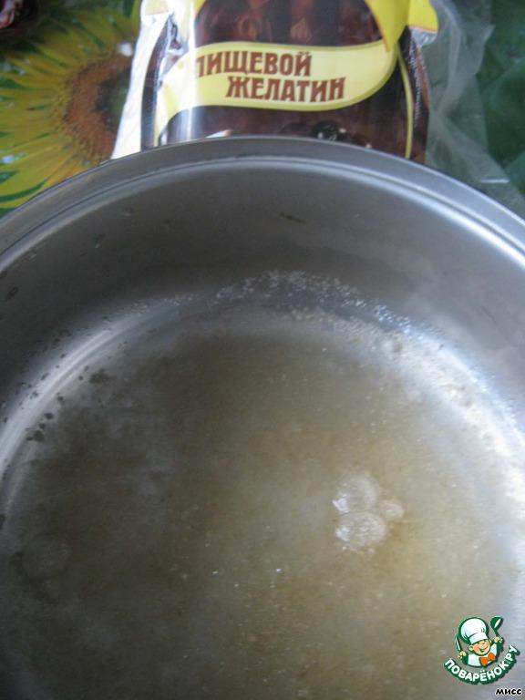 Таких десертов на сайте много, не претендую на оригинальность рецепта, просто понравилось его оформление.    Для приготовления сначала заливаем желатин тёплой кипячёной водой и оставляем для набухания.
