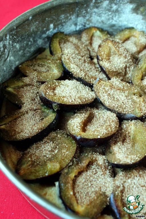 И присыпать коричным сахаром сливы. Ставим в хорошо разогретую духовку и выпекаем 40-45 минут до хрустящей корочки.