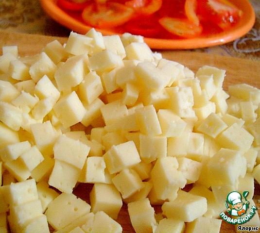 Нарезаем тонкими кружками томаты, брынзу - кубиками.