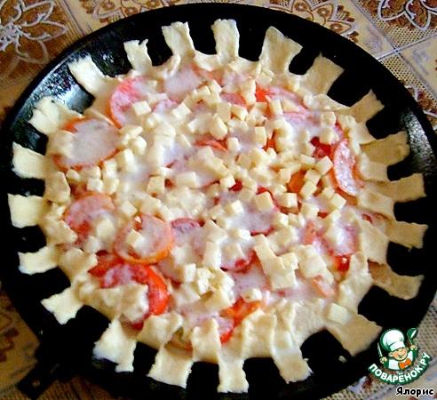 Заливаем пирог заливкой и формируем бортики. Если у вас рельефная форма, можно пропустить этот момент.    Я разрезаю тесто по краям, через один кусочек загибаю их на пирог,...