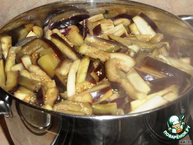 Приготовить маринад. В воду положить сахар, соль, уксус. Все перемешать, поставить на огонь и дать закипеть. Когда маринад закипел, кладем в него резаные баклажаны. Варим 5-8 минут, периодически помешивая. Баклажаны поменяли цвет, значит они уже готовы.   Кастрюлю берите побольше, чтобы в нее поместились все баклажаны. Я на это количество использовала 6-ти литровую кастрюлю.
