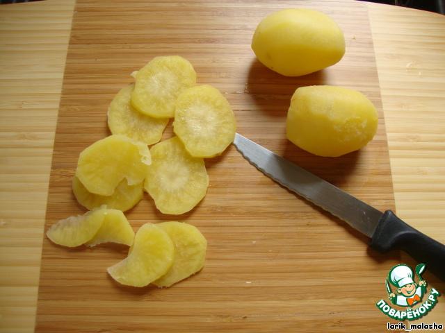 Картофель нарезать тонкими пластинками.