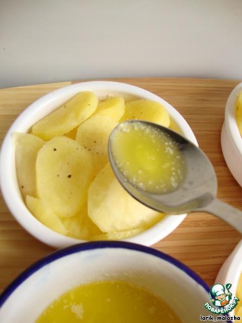 Сливочное масло растопить и залить им картофель.
