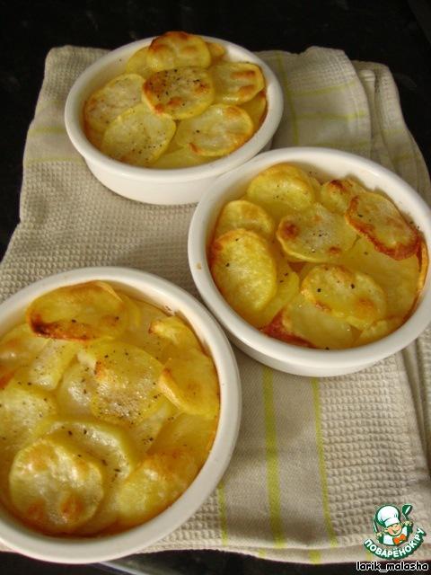 Выпекать около 40 минут для маленьких формочек или около 1 часа для большой формы. Картофель должен хорошенько зарумяниться.       Картофель вынуть из духовки, перевернуть на блюдо и подавать.