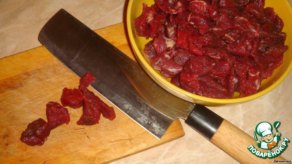 Начинаю я обычно с мяса. Оно может быть любым, какое любите. Вкусно будет и с курицей, и со свининой, и с бараниной... Но в оригинале и самое вкусное, когда это говядина. Я беру постную, так как не очень люблю жирное мясо.    Мясо нужно достаточно мелко нарезать, не до фанатизма. Посолить и поперчить. И оставить в холодильнике на несколько часов для созревания. Начинка должна созреть, да-да, так наш пирог будет вкуснее.