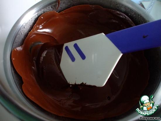 Снимаем миску с огня, добавляем расплавленный шоколад - вначале осторожно. Небольшими порциями. Потом льем свободно.