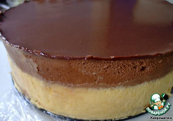 Все! Считайте, торт готов! Я украсила (если так можно это назвать) торт шоколадной лентой. Но, если вы просто пройдетесь ножом, помещенным на некоторое время в кипяток и вытертым досуха, по краю формы, очень аккуратно, то тоже будет неплохо.   Итак, я освободила свой торт из формы таким образом.    Вот что у меня получилось. Не слишком аккуратно, но... для первого раза и неплохо. Далее украшаем торт по вкусу. Я в этом не сильна... НО...