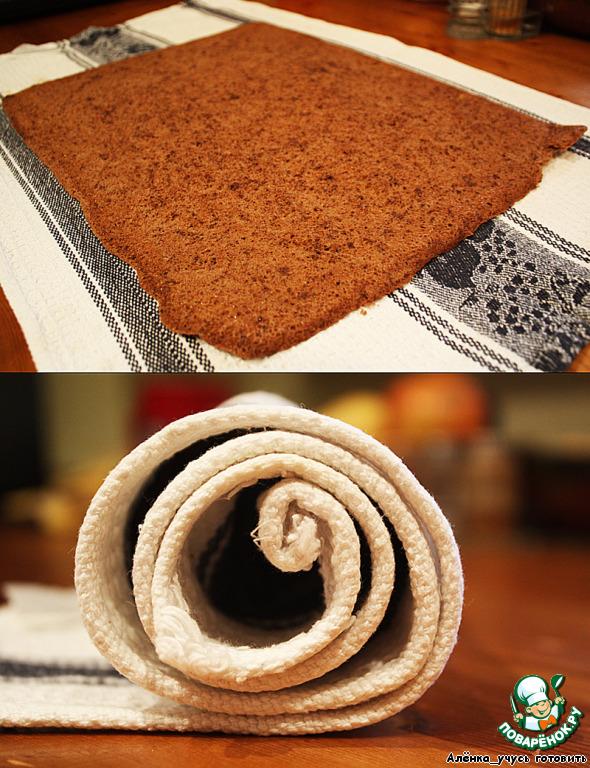Не забываем про наш бисквит, проверяем зубочисткой на готовность, достаем его и выкладываем корж на чистое сухое полотенце. Бумага для выпечки у меня очень легко отделилась. Сворачиваем корж вместе с полотенцем в рулет и ждем пока остынет.