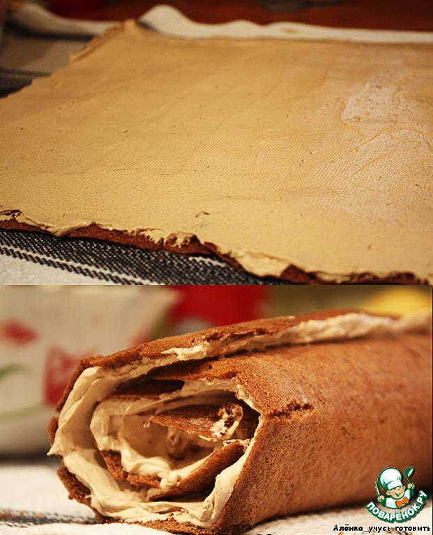 Когда остынет, разворачиваем наш бисквит, смазываем его кремом и снова сворачиваем.