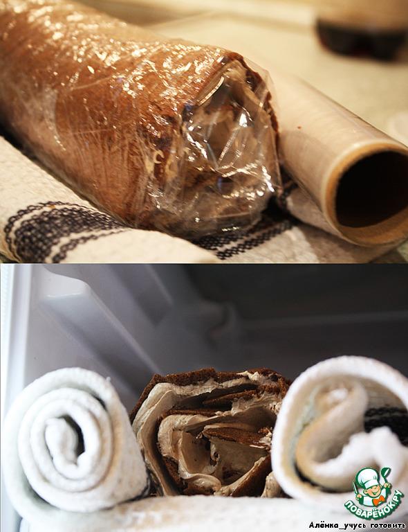 Заворачиваем в пищевую пленку и отправляем в холодильник.       Готовим глазурь. 30 граммов масла с 50 граммами шоколада ставим на маленький огонь и помешиваем до полного растворения. Смазываем глазурью наш рулет и снова ставим в холодильник. Желательно подержать рулет сутки в холодильнике перед подачей.