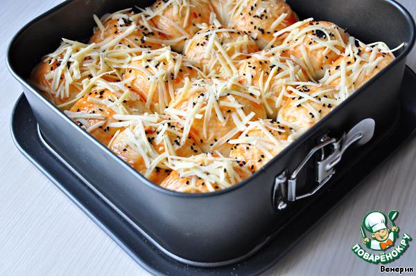 Смазать соусом (кетчупом) и посыпать тертым сыром.   Выпекать в течение 30 минут до готовности теста и золотистого цвета сыра.    Моцареллу брала кусковую, на развес, и почему-то она у меня здесь вся ушла в тесто, хотя при разломе сыр должен тянутся... ну и ладно, всё равно вкусно!)))    Да, я ещё посыпала их черным кунжутом, он тоже придаёт свою изюминку.    Источник рецепта: vitoria, жж