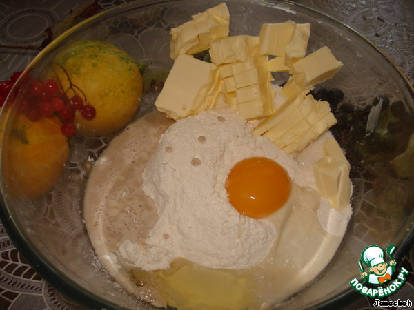 Я уже показывала, как делается это тесто в пироге «Пирог из песочно-дрожжевого теста с начинкой из коричневого сахара».    Разведите сухие дрожжи в 2 ст. л. теплой воды.    В миску насыпьте муку, добавьте сахар, щепотку сопи, щепотку ванилина, масло, нарезанное кусочками, яйцо и дрожжи. Замесите тесто кончиками пальцев и разминайте до получения гладкой однородной массы.
