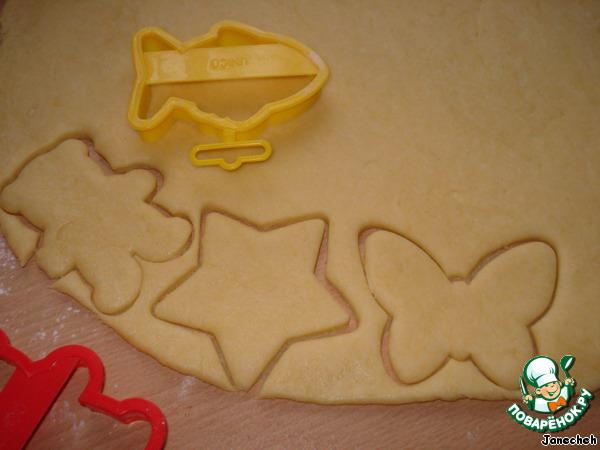 Вырежьте печенье формочкой, можно просто стаканом, или порезать ножом на кусочки.
