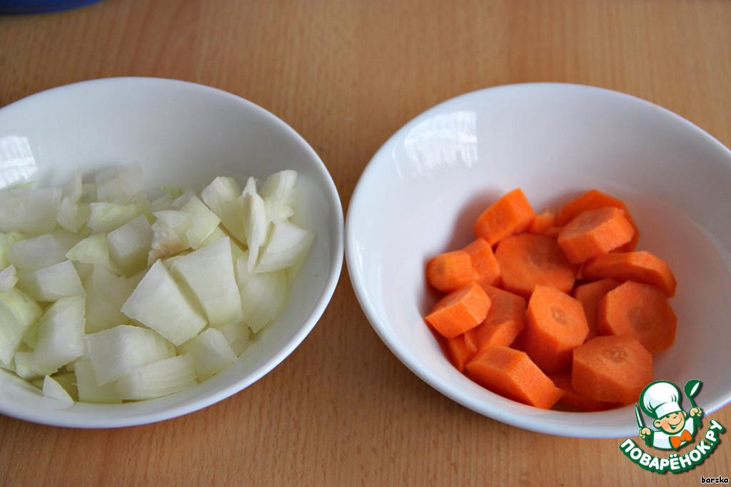 Лук нарезать крупными кубиками, морковь - кружочками. Количество моркови регулируйте по своему вкусу. Я взяла 1 шт.