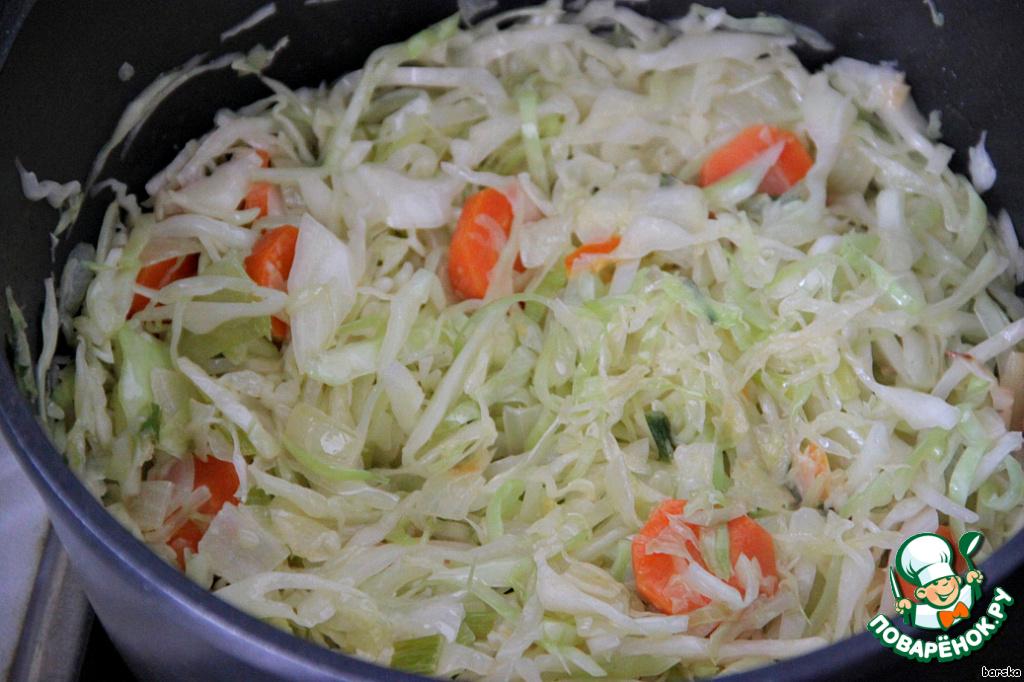Добавить капусту и жарить на максимальном огне, постоянно помешивая, до карамелизации капусты.