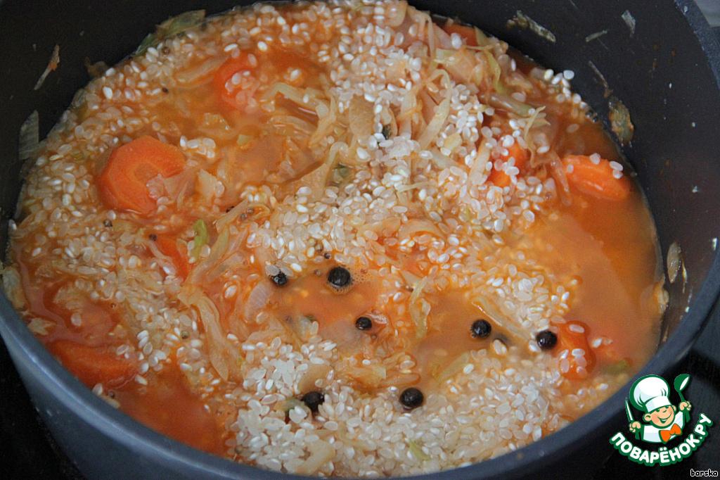 Добавить круглый рис (если нужно - предварительно промыть) и воды, вдвое больше чем риса. То есть на 3/4 стакана риса - 2 раза по 3/4 стакана воды. Закрыть крышкой и тушить до готовности риса.